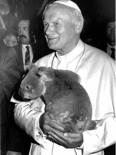The Holy Father holds a koala in Brisbane during his visit to Australia in 1986. ( Photo: The Catholic Weekly Source: parra.catholic.org.au)