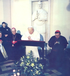 John Paul II in Prayer. Wikipedia Creative Commons Source: http://www.ktabkbih.net/foto.asp?id=542
